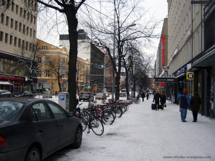 Keď touto ulicou pôjdete rovno za zmrznutým nosom, prídete na hlavnú stanicu. A jo, ľudia bajkujú aj v tomto počasí!
